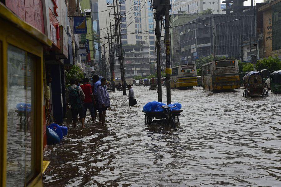 A cause des inondations, la circulation est difficile àDhaka, au Bangladesh.