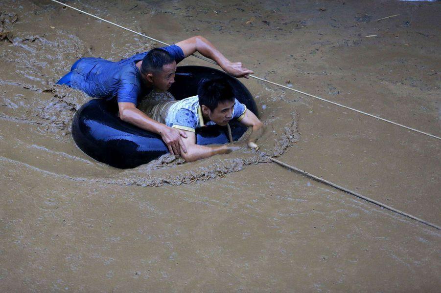Des personnes secourues àLiuzhou, en Chine.