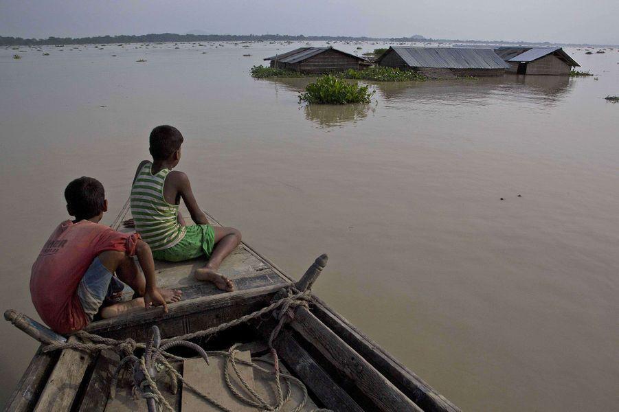 Dans le district de Marigaon (Inde), l'eau atteint parfois les toits des maisons.