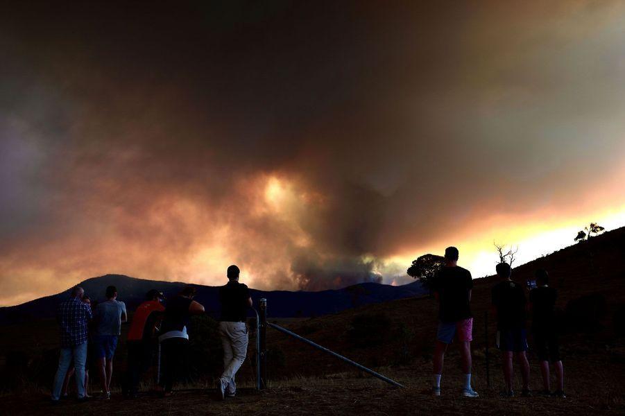 Les feux continuent de menacer l'Australie.