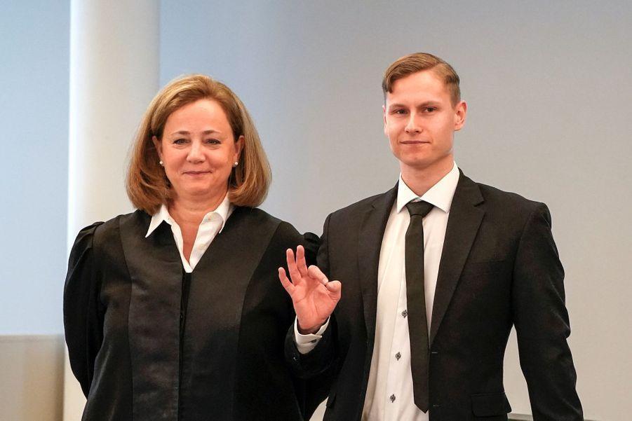 PhilipManshaus a adressé de la main un signe «OK», devenu dans certains milieux un symbole suprémaciste blanc.