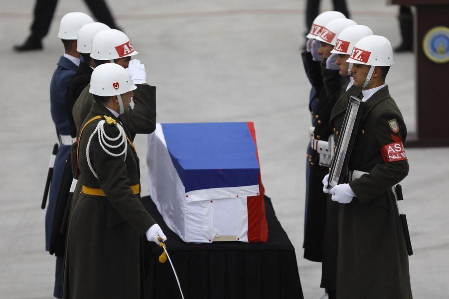 Le cercueil qui contient dépouille d'Andreï Karlov a quitté la Russie mardi