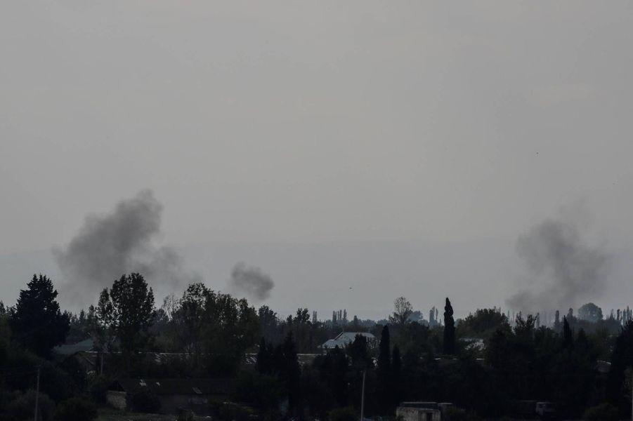 De la fumée s'élève depuis Terter, en Azerbaïdjan, le 14 octobre 2020.