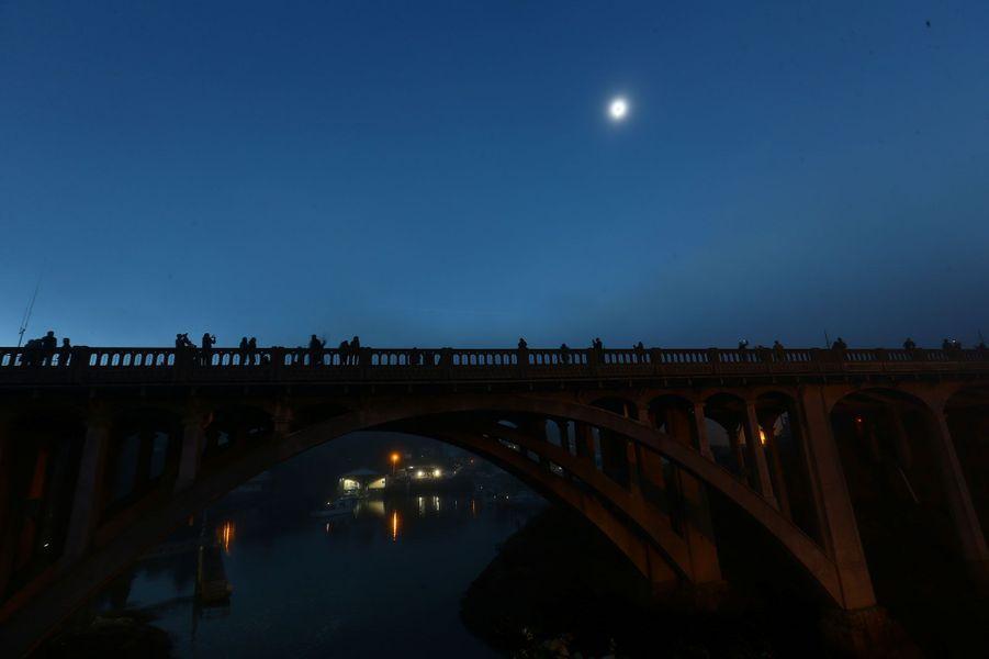 L'obscurité s'abat en pleine matinée sur Depoe Bay, dans l'Oregon.