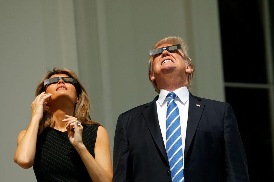 A la Maison Blanche, le président Trump et son épouse Melania ont eux aussi voulu observer l'éclipse.