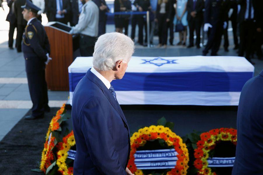 Bill Clinton s'est recueilli jeudi à Jérusalem devant le cercueil du prix Nobel de la Paix Shimon Peres.