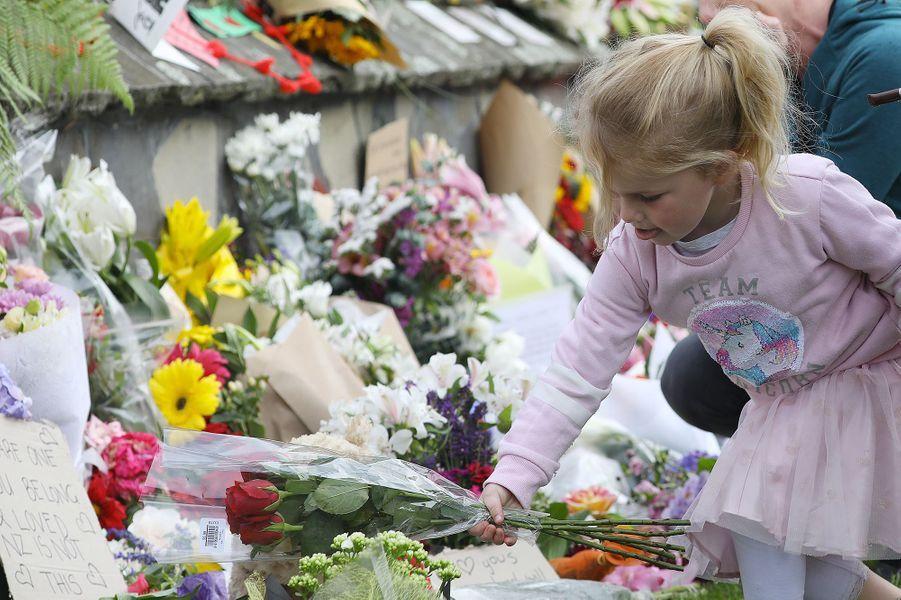Dans tout le pays, un élan de solidarité interconfessionnelle a été observé, avec notamment des dons et des achats de nourriture halal destinés aux victimes. D'innombrables gerbes de fleurs ont également été déposées àChristchurch.