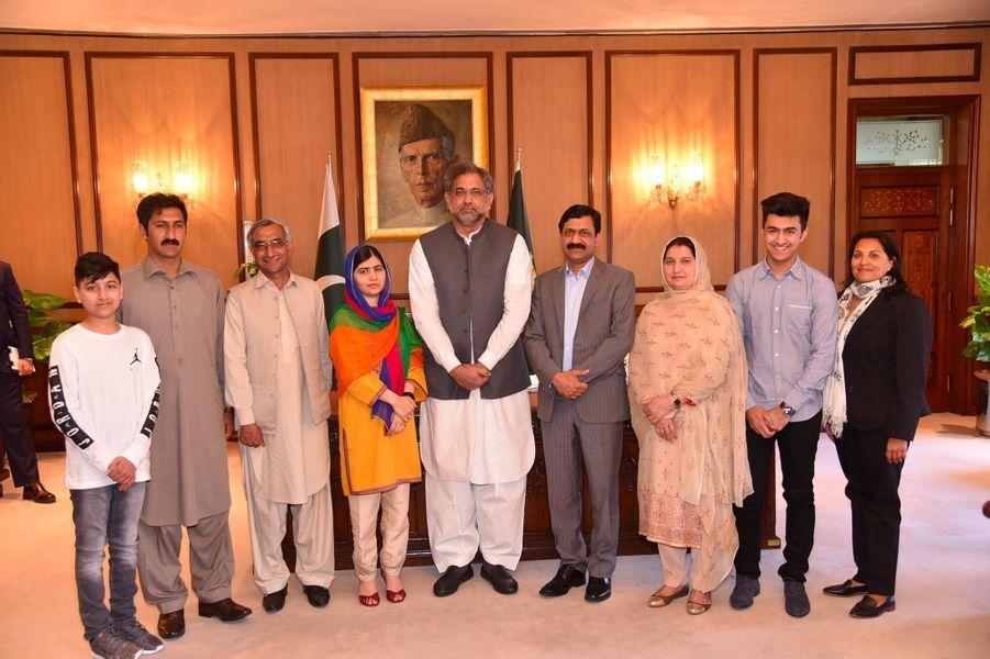 Malala, sa famille et le Premier ministre pakistanaisShahid Khaqan Abbasi à Islamabad, le 29 mars 2018.