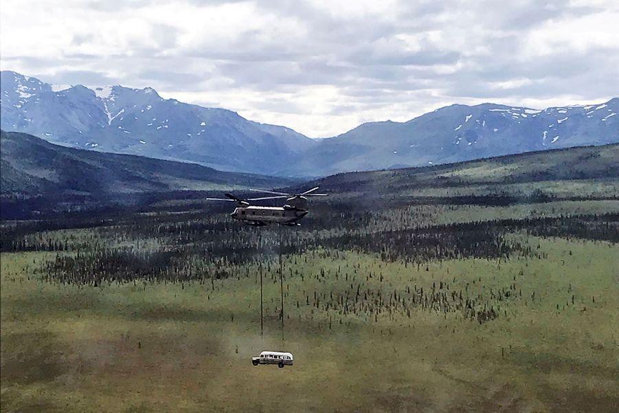 Devenu un lieu de pèlerinage risqué en Alaska, le «Magic Bus» du livre et du film «Into The Wild» a été déplacé pour des raisons de sécurité.