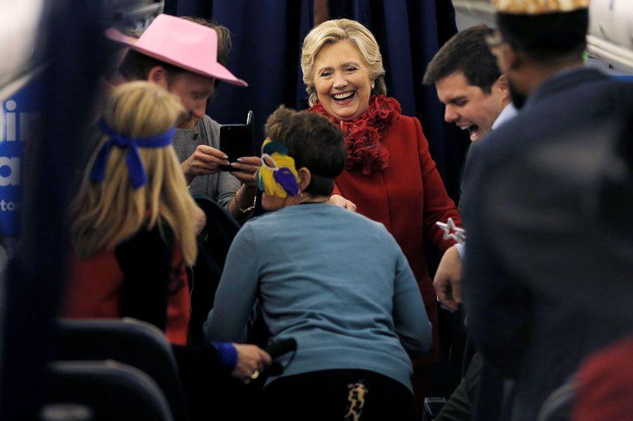 Hillary Clinton une partie de son équipe de campagne fêtent Halloween dans l'avion, le 31 octobre 2016.