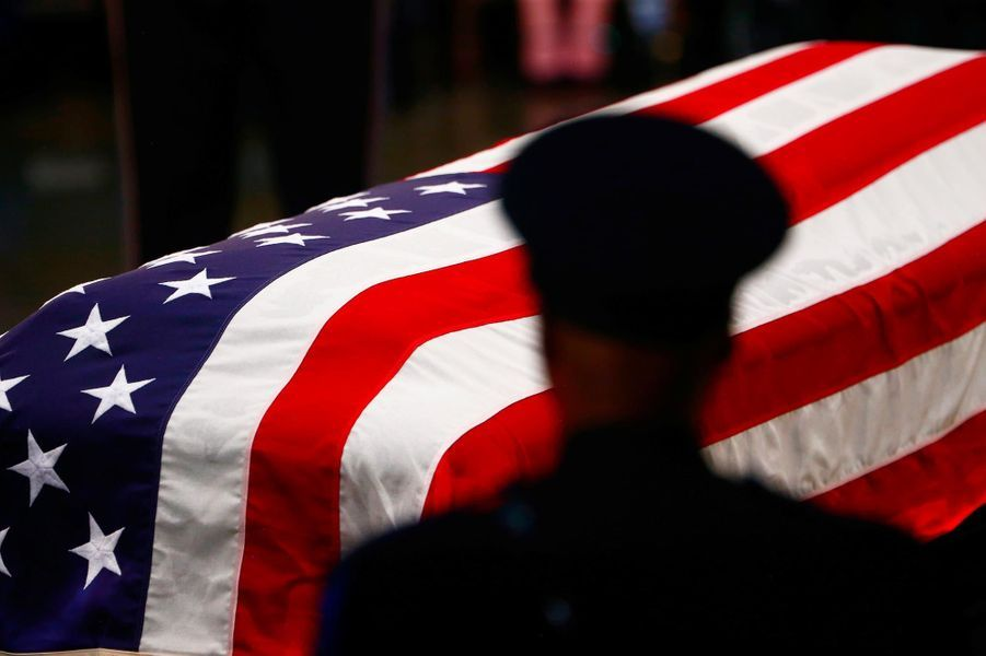 Le cercueil de John McCain a été présenté au public au Capitole, à Washington, le 31 août 2018.