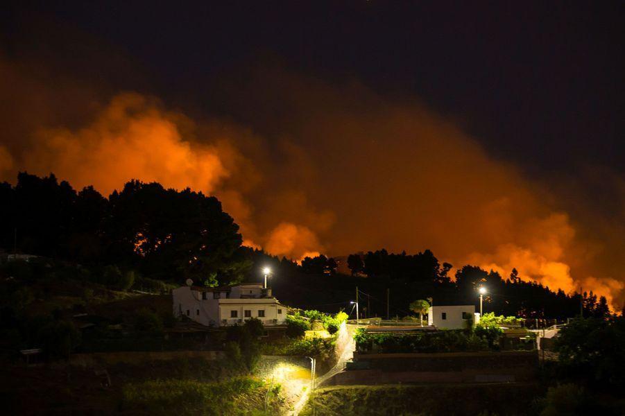 Un incendie entraîne l'évacuation de 4000 personnes — Grande Canarie