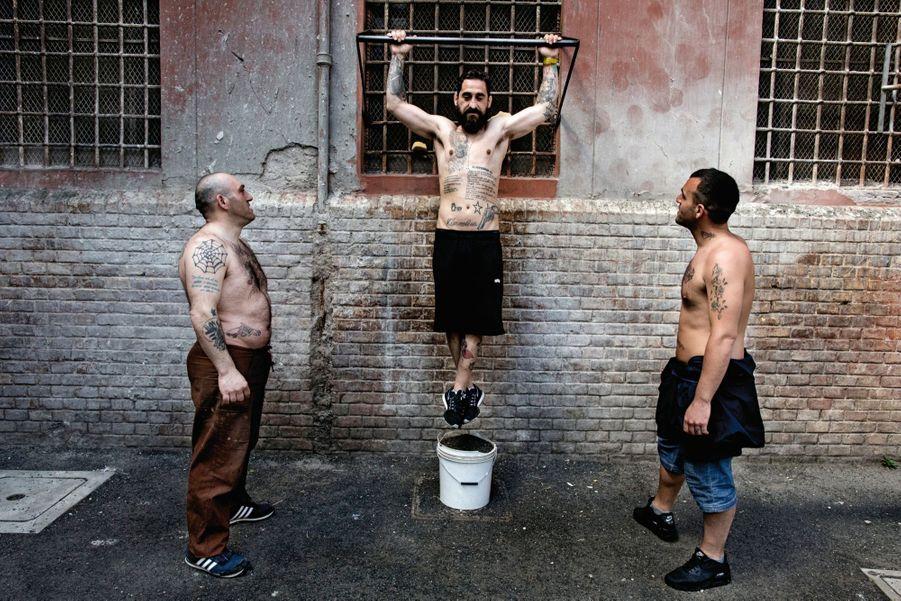 Une barre et un seau rempli de terre pour poser les pieds : gymnastique à Regina Coeli, la prison romaine située dans le quartier animé du Trastevere.