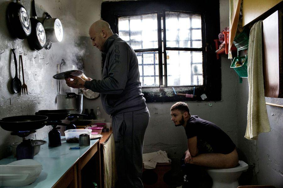 Les cellules sont des étuves qui servent à la fois de dortoir, de cuisine et de toilettes...Dans certaines cellules de Poggioreale, à Naples. Une promiscuité devenue banale.