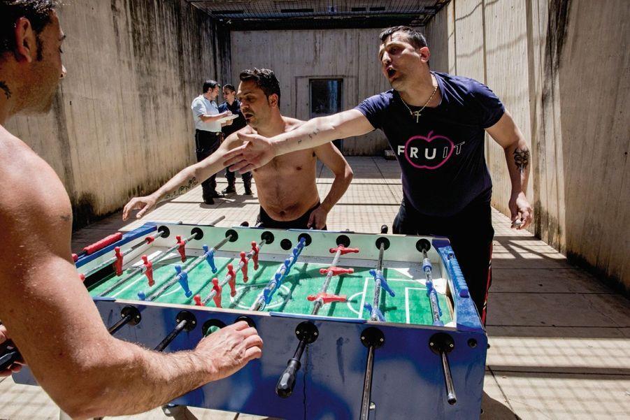 Match de baby-foot dans le quartier réservé aux criminels dangereux du centre Ucciardone, à Palerme.