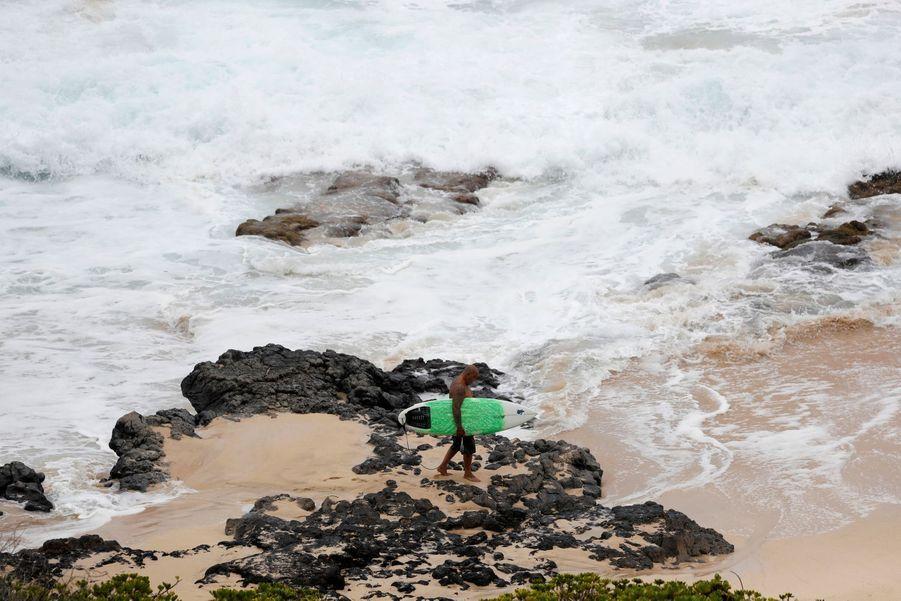 Un surfeur sur la plage deMakapuu à Waimanalo.