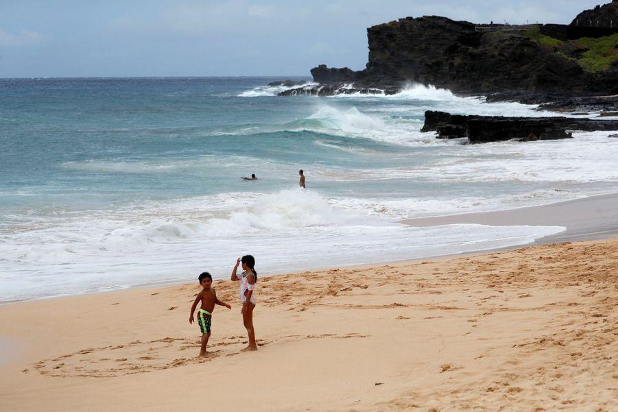 Des enfants jouent sur la plage avant l'arrivée de l'ouragan, le 26 juillet 2020.