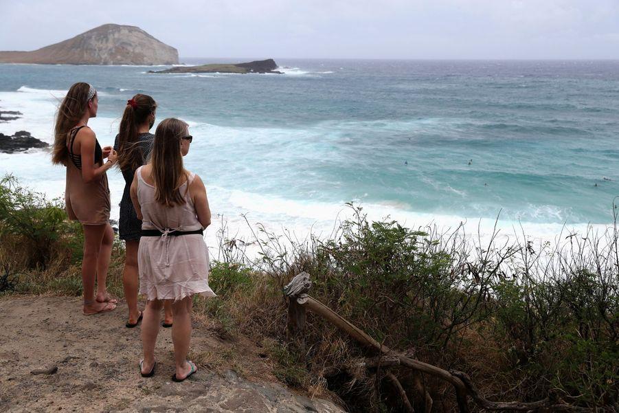 Des passantes admirent la plage deMakapuu à Waimanalo avant l'ouragan.