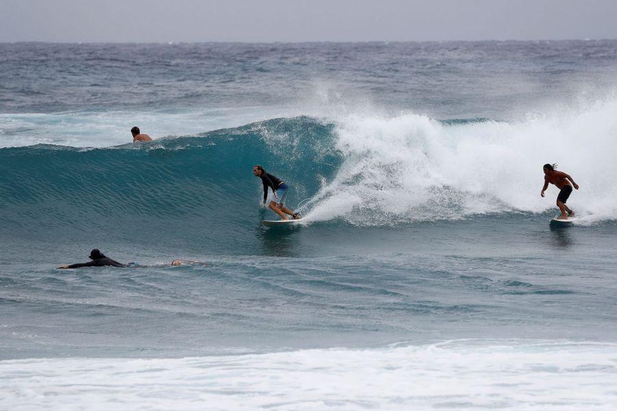 Des surfeurs en ont profité àHonolulu, la capitale de l'archipel.