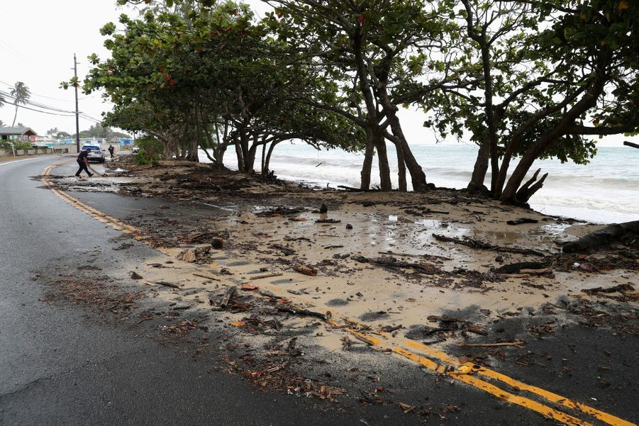 Une route a été inondée à cause des fortes vagues.