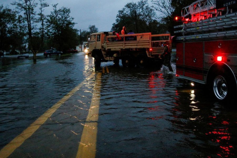 L'ouragan Florence a fait vendredi ses premiers morts sur la côte atlantique des Etats-Unis, dont une femme et son bébé, accompagné par des vents qui ont déraciné des arbres et des pluies torrentielles qui ont provoqué des inondations, avec des dizaines d'habitants pris au piège.