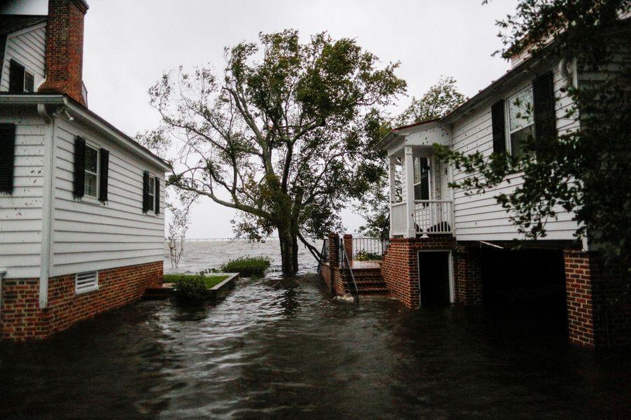 L'ouragan Florence a fait vendredi ses premiers morts sur la côte atlantique des Etats-Unis, dont une femme et son bébé, accompagné par des vents qui ont déraciné des arbres et des pluies torrentielles qui ont provoqué des inondations, avec des dizaines d'habitants pris au piège.Photo prise à New Bern.