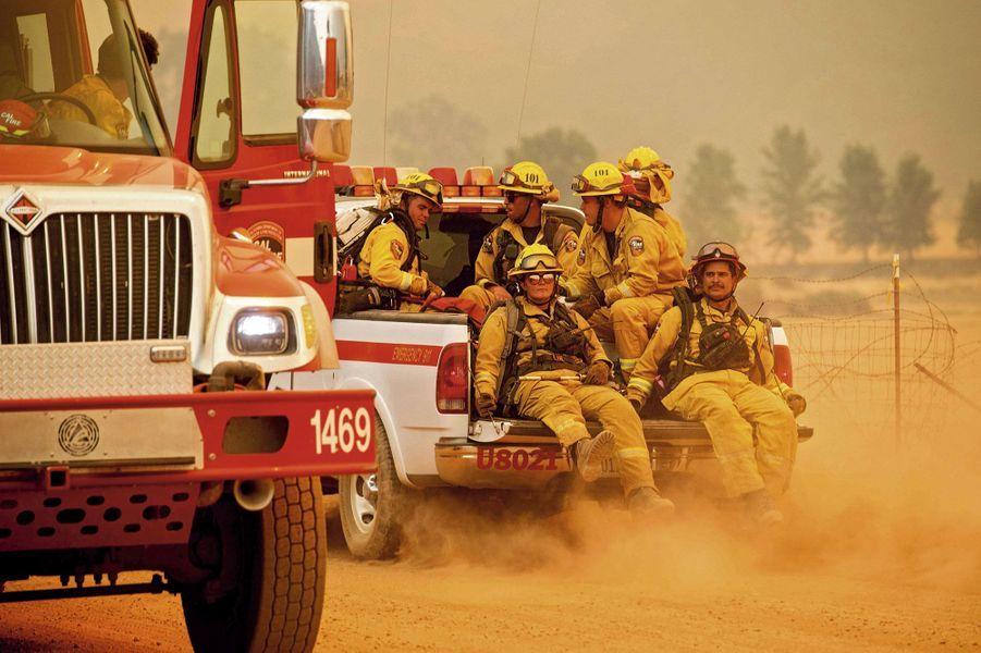 Epuisés, ils repartent affronter Ranch Fire, un des deux brasiers qui composent le monstrueux Mendocino Complex, le 4 août.