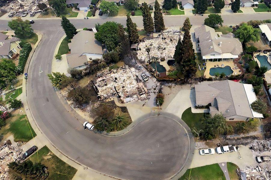 Des maisons intactes, d'autres transformés en tas de cendres : le vent a projeté des braises de l'incendie Carr sur Redding, à 300 kilomètres au nord de San Francisco.