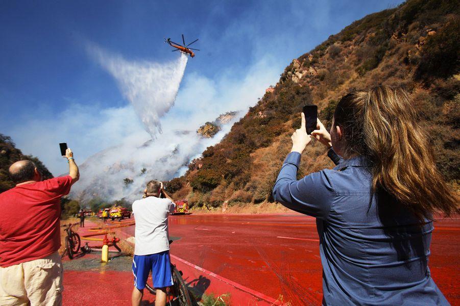 Quelque 500 pompiers aidés par des hélicoptères et avions bombardiers d'eau tentaient en vain de circonscrire les flammes au nord de San Francisco.