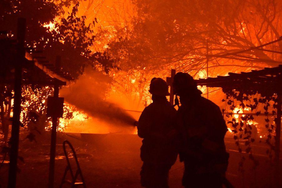Des pompiers combattent les flammes àPorter Ranch