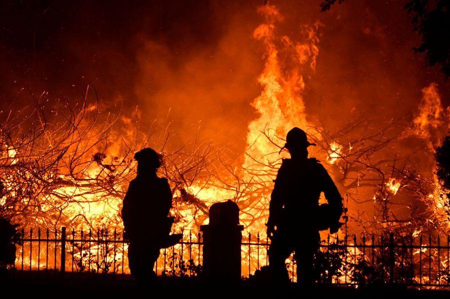 Des pompiers face aux flammes àPorter Ranch