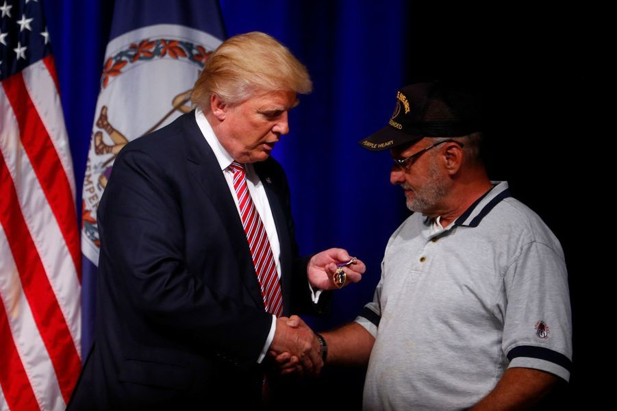 A Ashburn, un vétéran donne à Donald Trump son Purple Heart, une médaille remise aux soldats blessés au combat, le 2 août 2016.