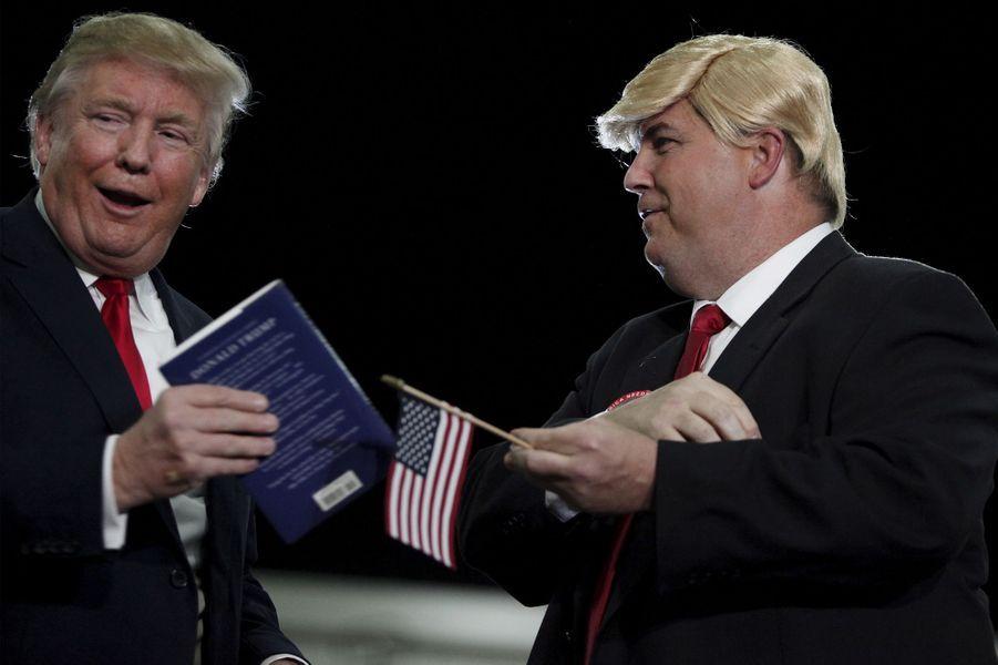 Donald Trump etTerry Silliman, un supporter, lors d'un meeting àGoose Creek, le 24 novembre 2015.