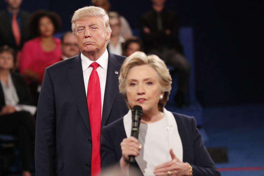Donald Trump et Hillary Clinton lors du deuxième débat présidentiel à St Louis, le 9 octobre 2016.