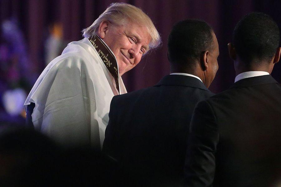 Donald Trump portant un châle de prière à Detroit, le 3 septembre 2016.