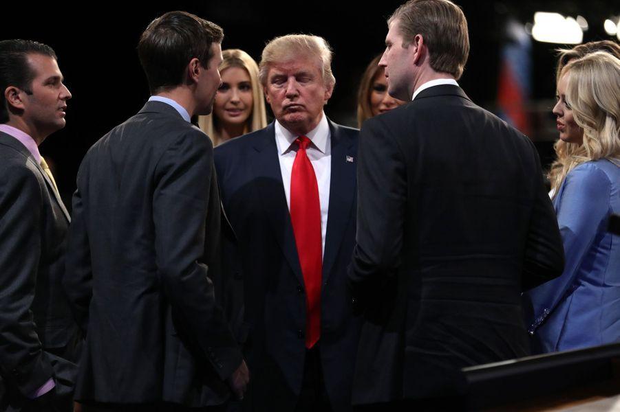 Donald Trump entouré de ses enfants après le dernier débat présidentiel à Las Vegas, le 19 octobre 2016.
