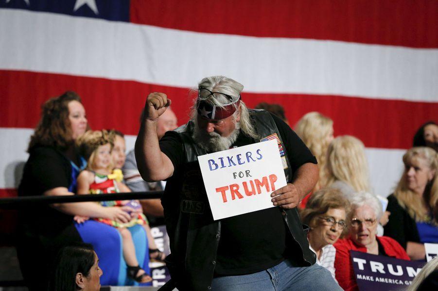 Un supporter de Donald Trump montre le soutien des bikers au milliardaire à Phoenix, le 11 juillet 2015.