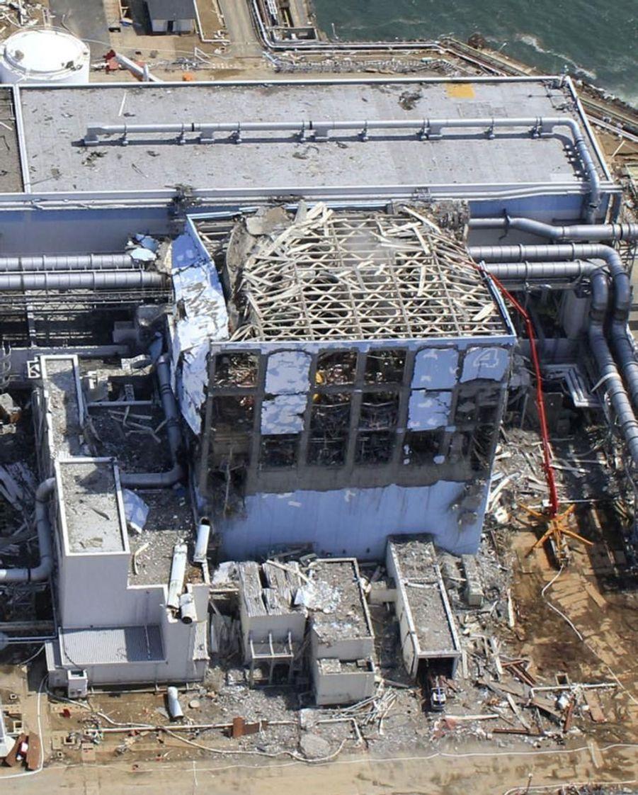 Le réacteur 4, dont le toit est sérieusement endommagé.