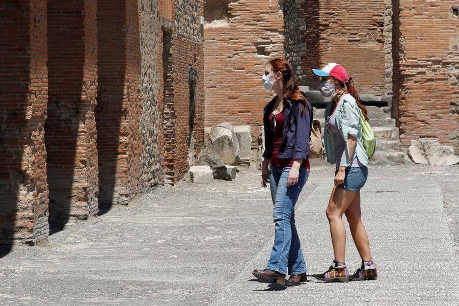 Peu de monde pour le premier jour de réouverture du célèbre site archéologique Pompéi,qui est le deuxième site touristique le plus visité d'Italie, derrière le Colisée de Rome, avec près de quatre millions de visiteurs en 2019.