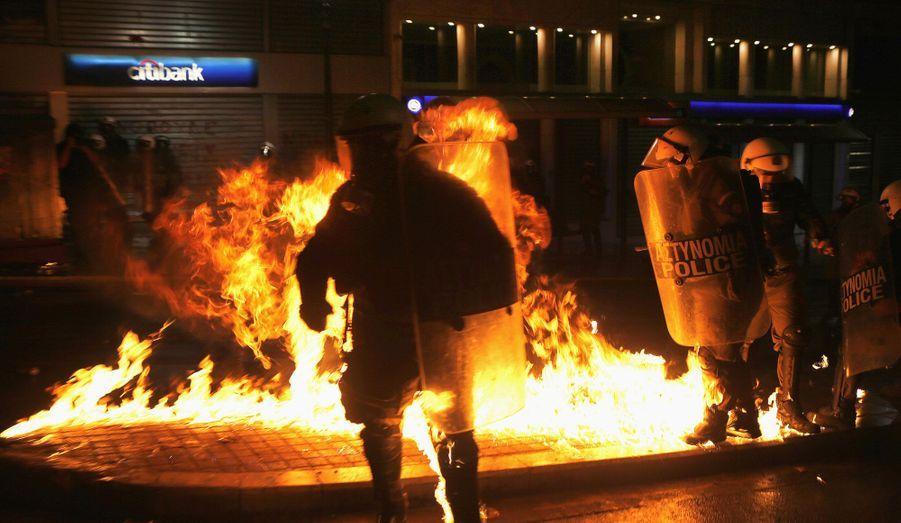 Malgré la pression de la rue, le Parlement grec a voté en faveur d'un nouveau plan d'austérité, tard mercredi soir. Pendant deux jours, les habitants du pays avaient pourtant décidé de se mettre en grève et avaient fait part de leur colère face à cette future mesure. Hier soir, pour clôturer ces journées de mobilisation générale, les rues d'Athènes ont été prises d'assaut par des dizaines de milliers de manifestants.