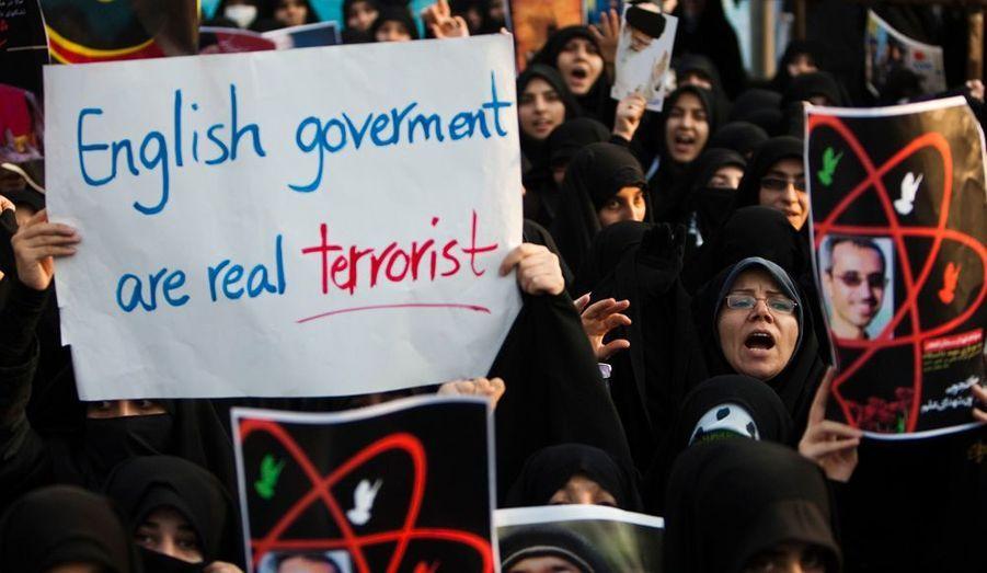 A Téhéran, des «étudiants islamistes» ont vandalisé l'ambassade de la Grande Bretagne, mardi. Ils exprimaient leur hostilité face aux sanctions prises par les pays occidentaux contre l'Iran. Les protestataires ont incendié les locaux à l'aide de cocktails Molotov. Un événement qui rappelle ce qui s'était produit dans le pays le 4 novembre 1979 : des «étudiants Islamistes» avaient pris d'assaut l'ambassade américaine à Téhéran et fait 56 otages, dont la plupart n'ont été libérés plus d'un an plus tard.