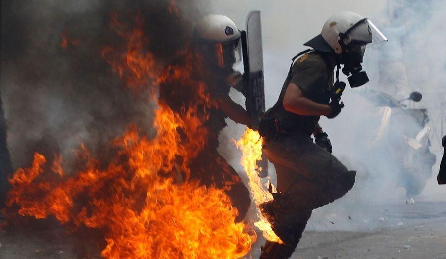La manifestation a dégénéré devant le parlement grec.