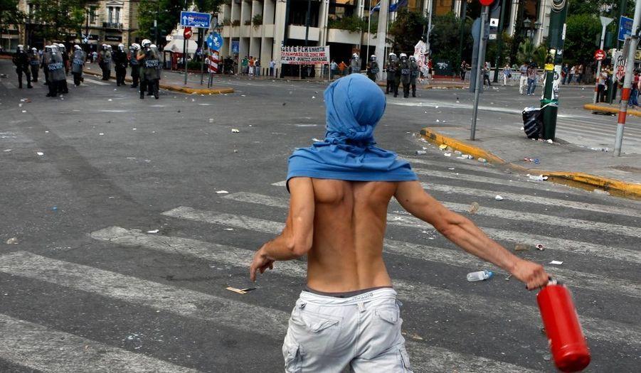 Le centre-ville d'Athènes a été le théâtre de nouveaux affrontements, alors que le parlement grec examinait les mesures d'un nouveau plan d'austérité. Des jeunes encagoulés se sont opposés violemment aux forces de l'ordre.