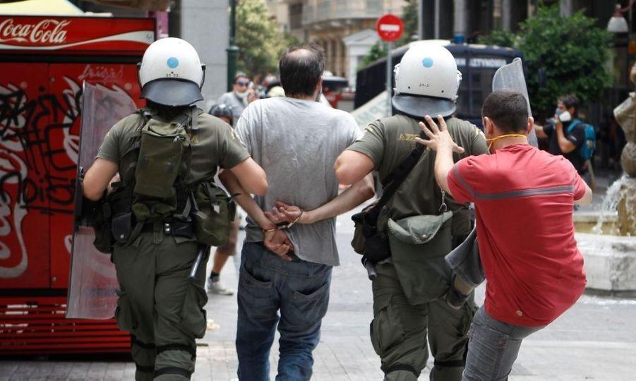 Dix-huit personnes ont été interpellées et trois ont été officiellement placées en détention.