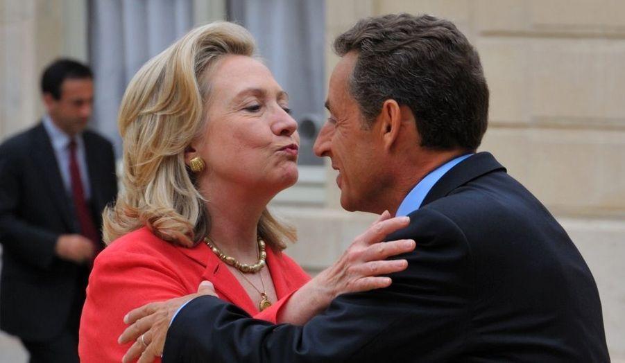 La secrétaire d'Etat des Etats-Unis, Hillary Clinton, embrasse Nicolas Sarkozy.