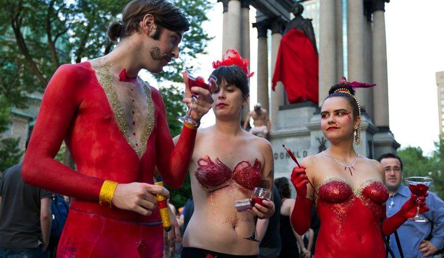 Des milliers d'étudiants canadiens ont à nouveau manifesté jeudi soir. En plus de se battre contre l'augmentation des frais de scolarité, ils ont également pris à partie les organisateurs du Grand Prix de F1 qui se tient ce week-end à Montréal. Fidèles à leurs habitudes, beaucoup d'entre eux ont manifesté nus, simplement cachés par des carrés rouges, devenus leur symbole. D'autres ont préféré venir habillés mais ne se sont pas montrés moins virulents. Au total, 39 personnes ont été arrêtées.