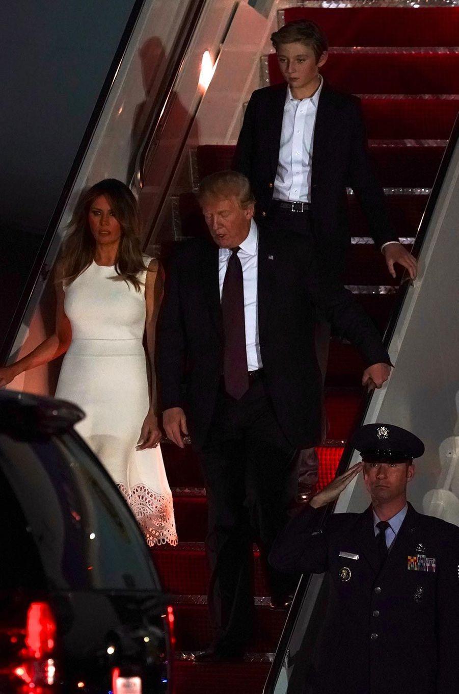 Donald, Melania et Barron Trump descendant d'Air Force One, le 20 novembre 2018.