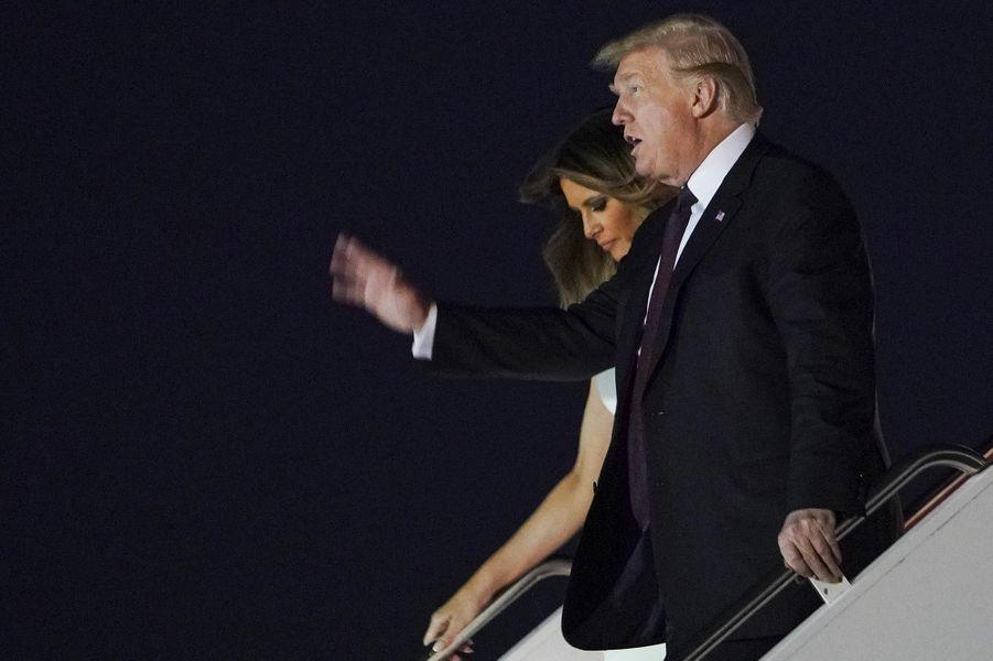 Donald et Melania Trump descendant d'Air Force One, le 20 novembre 2018.