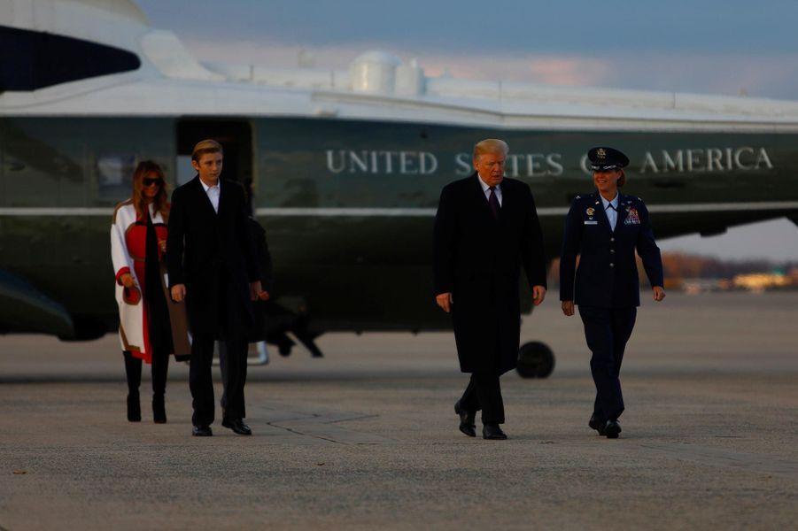 Donald, Melania et Barron Trump avant d'embarquer à bord d'Air Force One, le 20 novembre 2018.