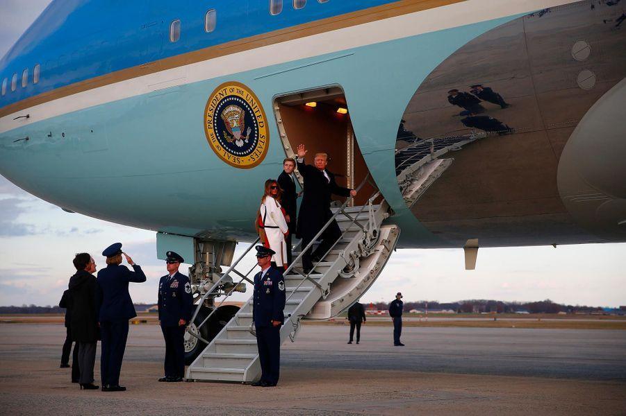 La famille Trump embarquant à bord d'Air Force One, le 20 novembre 2018.